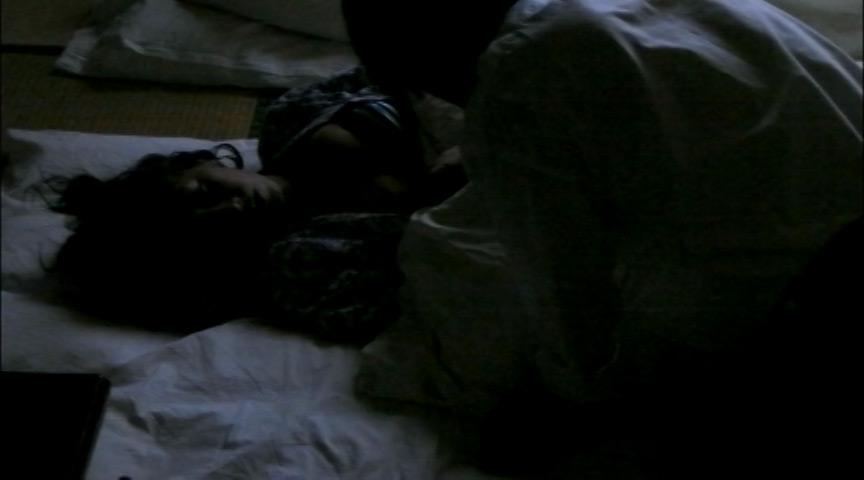 夫婦で宿泊中の奥さんに夜這い寝取られ大胆SEX盗撮