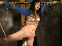 テカテカの金色ボディスーツに身を包んだ女が拘束された状態でアナルに牛乳ぶっこまれて悶える浣腸動画