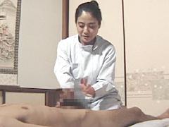 【エロ動画】自宅の居間で回春マッサージ店をひらく人妻たちのエロ画像