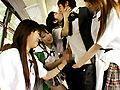 都内某所を走る一見何の変哲も無い路線バス。しかしそのバスは女子校生たちが痴漢行為を平然とくり返す無法地帯だった…。彼女たちは他の乗客にバレないように周りを気にしながらサラリーマン風の乗客を狙い、ターゲットを定めると騒がないよう激しいベロキスで口をふさぐ。洋服の上から体や股間をまさぐり、男が拒否しつつも感じてしまえば、彼女たちの思うつぼ。バスの中にも関わらずズボンから勃起してしまったチンポを出され、弄ぶようにしごかれ、イカされてしまう。女子校生たちは今日もターゲットを探している…。