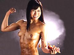 【エロ動画】筋肉熟女 片手でリンゴを粉砕する女 永瀬美月の人妻・熟女エロ画像