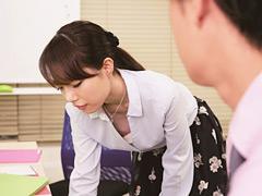 【エロ動画】胸チラに気付かず働く女子社員に手を出しちゃった俺4のエロ画像
