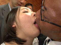 嫌がる女の子の胃袋におっさん達の生唾液を強制給餌