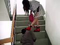 小剛は黒い小屋で女教師に一日監禁された。小屋の中は何も無く、お腹が減り、犬の鎖をはずし逃げた。外はとても寒く、ゴミ箱周辺にあった人の服を拾って着た…。何もない小剛は階段の床で犬のように食べ物を探していた。その時、小剛が旅行中の女子大学生と出会った。女子大学生が「あれ?なに?人?犬?これ…」と好奇心を持っている。「お腹が減ってるみたい、もしかして、あたしの唾も食べるの?あ、こんな汚い唾も食べるなんて、面白しからとりあえずホテルに連れ帰って、奉仕させよう。足奴隷と便器になってもらえたら、絶対に面白い。どうせこいつは反抗力がないみたいだし」とホテルへ…。女子大学生は小剛に対し、言葉や行動でかなり精神的な辱めをし、心身をコントロールしようとした。北京公主が小剛を引き取った時のようにお腹がいくら減っても、女性の体から出る排泄物しか食べられない。なぜなら、人間として存在する価値が無く、気持ちが悪いものだから…。奴隷犬として育成し、一生あたしを奉仕する資格があるかどうか…もしうまくできなかったら、いつでもここから追い出して流浪の犬にでもなればいい…この後は女子大学生は小剛をどう処置したのか。もしかして、また捨てられたのか。この後、小剛の運命がどうなったのか…。(日本語字幕・英語字幕)