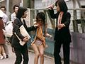 痴漢のやり方教えます!昭和の名監督「山本晋也」の幻の作品が復活!立派な痴漢になるための数々の技をレクチャー、女性に気づかれないための痴漢方法を伝授する。さえないサラリーマンの唯一の楽しみであるスカートめくり、エレベーターやバスでの痴漢、ターゲットにされた女性はあられも無い姿に!?後半では下着収集癖のある医者が「のぞき」や「夜這い」をかける。もはや痴漢の域を超えてしまっている濡れ場にまさかのミミズまでが登場?最後には複数による痴漢のぞき行為で大団円となるのか?(1973年制作・日本)(C)藤村政治