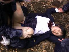 野外で強姦された女子校生