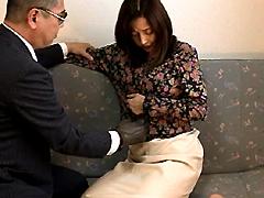 スレンダーな淫乱痴女人妻がアナルにバイブ突っ込まれたまま生チンポハメでザーメン中出し調教を受けるw