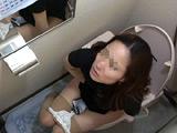 こっそりとトイレ盗撮しました。