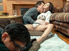 【エロ動画】コタツの中で蒸れた股間を弄られこっそり欲情する美熟女のエロ画像