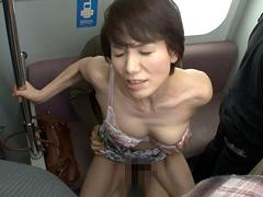 人妻痴●電車 ~さわられた六十路母~ 内原美智子
