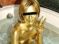 足の先から髪の毛まで金色に塗っていく女性、全身金色