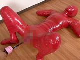 Mummification ver.004で、好評でした、赤色テープでのダルマ女状態での拘束を、スタイルがとても良いモデルさんで撮影致しました