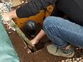 「Buried alive -First part-」の、続きとなります。固まってしまったコンクリートを壊し、土の中に埋もれている女性を救出し、部屋へ持ち帰り、拘束していたテープトラップを剥がします。※大変危険な行為ですので絶対にマネしないで下さい
