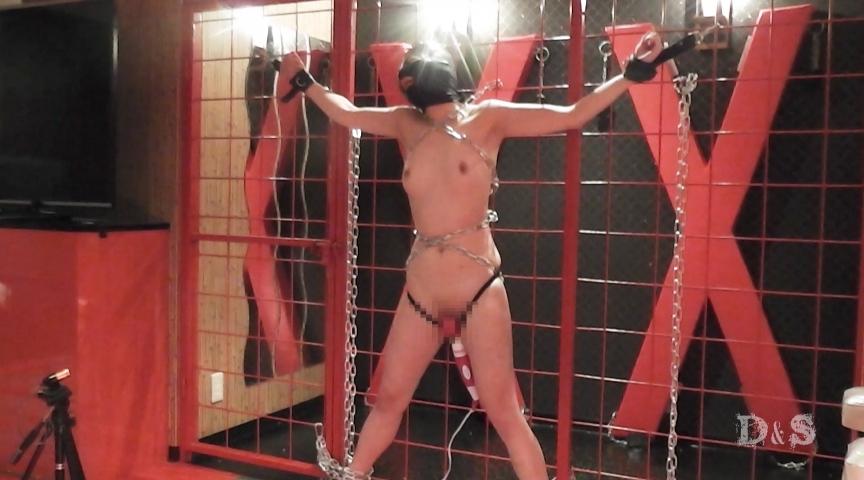 大女-鎖で拘束・人間標的-恐怖と痛みと快楽