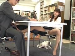 綺麗すぎて彼氏が出来ない脚線美女に足をからませた1