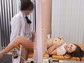 妊娠検査に訪れた病院は実はDANDYとグルの病院。そんなこととは知らない人妻は乳がんの検査と言われ執拗に胸をいじられ、必死にこらえるも感じてしまう。さらに、膣奥の検査でアソコをいじられて濡れまくり。そして、患者から見えないことをいいことに検査棒と偽り、肉棒を挿入。堪えきれなくなった敏感妻は潮を漏らしてイキまくる! ※本編顔出し
