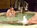 混浴温泉でご近所の美熟妻と二人きり...