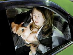 【エロ動画】絶対にはずれないシートベルトで身動きが取れない女のエロ画像