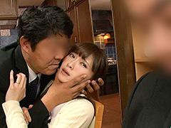 【エロ動画】夫の目の前で容赦なく何度もイカされてしまう美人貞淑妻のエロ画像