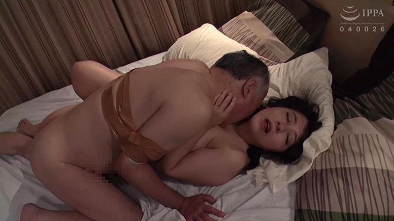 夫の前でむっちり妻を種付けファック 牧村彩香