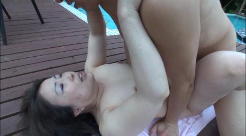 野外で全裸にされるババア