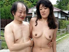 【エロ動画】野外で全裸にされるババアのエロ画像
