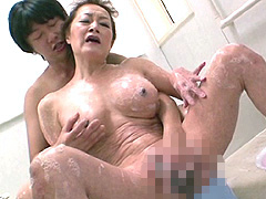 【エロ動画】家族が居ぬ間にお風呂場で…の人妻・熟女エロ画像