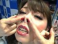 SUNSHOPで行われた握手会にて来客全てからの鼻フック撮影。撮りおろしセルフ鼻フックでは加藤ツバキの大きな鼻穴が全開!鼻穴の中を丸見えにしています。カメラに見せ付けるようにして鼻穴を自ら苛める様子をご覧あれ。