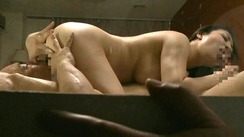 のぞき夫婦交換 ・禿げ男と接吻しながらのたうつ妻