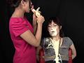 縛り付けられた女の子にマヨネーズを口に含んだ女が顔めがけてマヨネーズをかけまくるマニアック映像。マヨネーズに含まれるお酢成分でむせ返る女。ニヤニヤしながらかけるS女。異常な世界がここにあります。