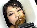 糞好き女が自ら「便器」となって糞を喰らう!自分の口にそそがれるションベンと糞。美味しそうに食べてごっくんと飲み込むのは当たり前。だって便器なのだから!食糞女が好きなスカトロマニア必見!うんこをグッチャグッチャと頬張り、口の中で味わう便器女を堪能して下さい。