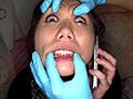 彼氏と電話中のギャルの顔面をぐにゃぐにゃにしました。ギャルのセクシーな顔にたっぷりいたずらします。青いゴム手袋が登場して鼻フックや長いベロを引きずり出したりやりたい放題。これでもかという位の顔面変形をお楽しみ下さい!