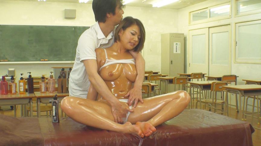 教室でオイルマッサージ?!