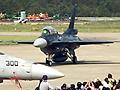 毎年、F-15イーグルの迫力ある機動飛行が見られることで有名な航空自衛隊小松基地(石川県)の航空祭が、晴天のなか11万人以上の観客を集めて開催された。今年の注目は、小松救難隊の救難ヘリコプターUH-60Jの新型機。洋上迷彩と呼ばれるダークカラーの新塗装で登場し、緻密な救難展示飛行と、F-15にも負けない迫力の機動飛行で観客の注目を集めた。人気のブルーインパルスによるアクロバットフライトや、支援戦闘機F-2Bの高機動飛行など多彩なフライトが実施された。
