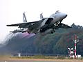 2005年10月30日航空自衛隊百里基地(茨城県)にて開催された「航空観閲式」。三年に一度開催されるこのイベントは、自衛隊の最高指揮官小泉純一郎内閣総理大臣の閲覧を、陸・海・空自衛隊が受ける式典である。この伝統ある式典と共に、F-2、F-15、F-4をはじめとした主力航空機の「フライトディスプレイ」(展示飛行)と予行訓練飛行の模様も収録。