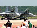 バージニア州オシアナ海軍航空基地にて開催された、人気のエアショー。2006年はF-14トムキャットのラストというこもあり、全世界のファンが注目。ショーアップされた楽しくエキサイティングなエアショーは、エンターテイメント王国アメリカならでは。クラシックな複葉機の翼上で、女性ウイングウォーカーが行うパフォーマンス。アメリカ海軍アクロバットチーム「ブルーエンジェルス」のスピーディーかつ華麗なフライトや、航空自衛隊も使用していたF-104の「スターファイターズ」、全米No.1女性エアショーパイロット「パティー・ワグスタッフ」によるスリリングなアクロバットフライト。ジェットエンジンを三基も搭載したジェット・トラック「ショックウェーブ」とT-6のレースなど、数々のパフォーマンスをお楽しみください。