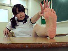 自分で自分の足の裏を撮影した女の子。