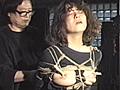 異色女優・三上るかのもっとも美しく魅力的な、緊縛によるナマの被虐の姿を、細密に映像化した緊美研の意欲作です。後ろ手にぎっちりと縛り上げた三上るかを立たせ、足首から膝、太腿の付け根から、さらに足の親指まで緊縛した嗜虐縄。Tシャツの乳首の部分だけを切り取り、乳首だけを細紐で縛って残酷に吊り上げるデリケートな責めのテクニック。さらに洗濯バサミを加えての乳首責め。三上るかと濡木痴夢男の緊縛に関する短い絶妙な会話を聞きながら映像をお楽しみ下さい。
