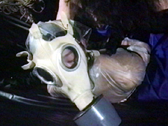 ガスマスクとラバーコート・緊縛死景