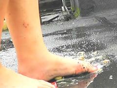 上履き・パンプス・ナマ足で踏みにじられるカタツムリ