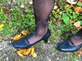 OLさんの脚線美の下で踏み潰されるヒキガエル! シロ