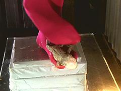 クラッシュ:ロングブーツと赤タイツがヒキガエルを踏み潰す!