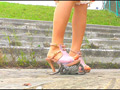 短靴やサンダルでヒキガエルを踏むあどけない女の子!   AV