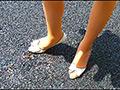 スレンダー女性の黒&白ヒールがイモリとザリガニを踏む