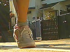 クラッシュ:女子大生のヒールやスニーカーがイモムシを踏み潰す!