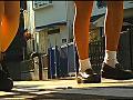 女子大生のヒールやスニーカーがイモムシを踏み潰す!