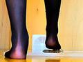 女性のナマ足がヒキガエルとアマガエ...