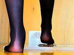 クラッシュ:女性のナマ足がヒキガエルとアマガエルを踏み潰す!