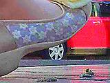 夏の女子大生の足が路上を這うイモムシを無残に踏み潰す 【DUGA】