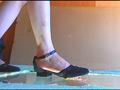 普通の女性・小百合さんがザリガニ・ゴキブリ・魚を踏む サンプル画像0004